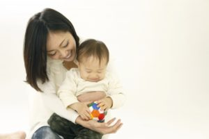 赤ちゃんを抱っこしている画像