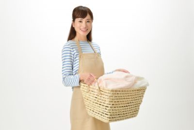 洗濯する女性の画像