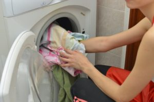 洗濯している女性の画像